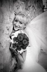 Невеста у кирпичной стены