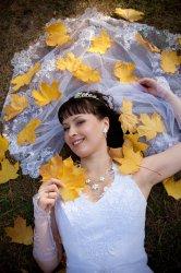 Невеста в желтых листьях